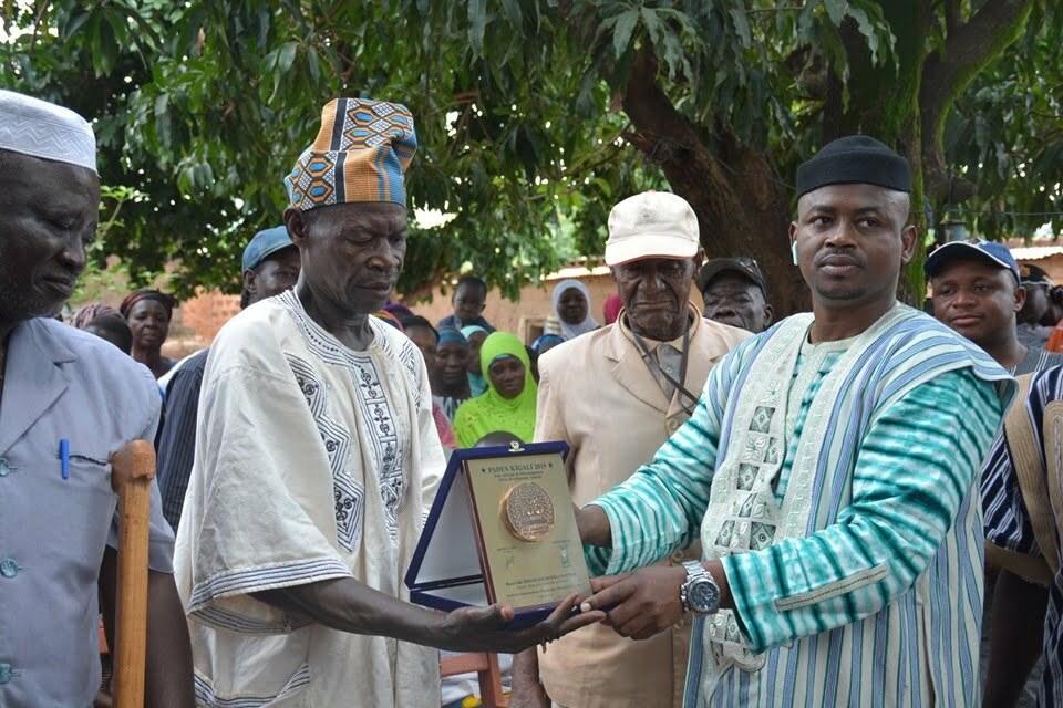 PADEV 2019: le député maire de Houndé présente son trophée aux populations
