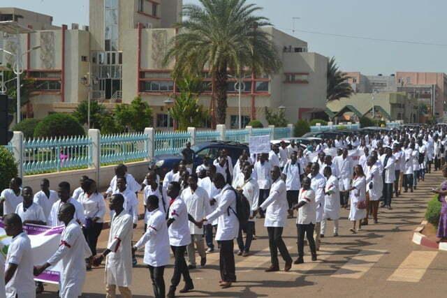 Mouvement d'humeur dans les hôpitaux publics: le gouvernement veut couper la moitié des salaires du mois d'octobre