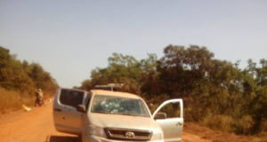 Image d'un véhicule sur les lieux de l'attaque du convoi minier dans la region de l'Est,mercredi 6 novembre 2018