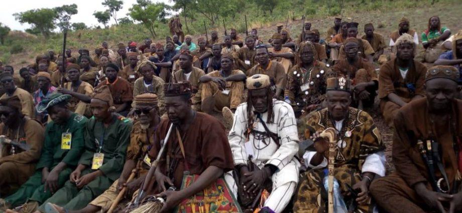 """Recrutement de volontaires : les chasseurs traditionnels """"dozos"""" prêt à s'engager avec un millier de personnes"""