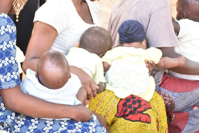 Des prostituées tenant leurs enfants à Bobo Dioulasso