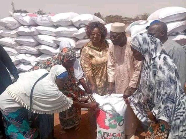 Le Président du CDP Eddie Komboigo remettant des vivres aux deplacés internes à Kongoussi,province du Bam
