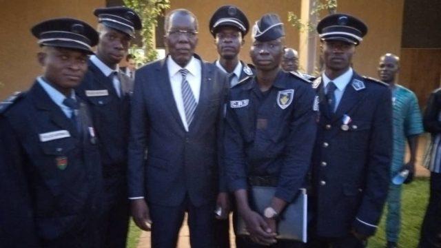 Des policiers récipiendaires avec le ministre de la securité Ousseni Compaoré