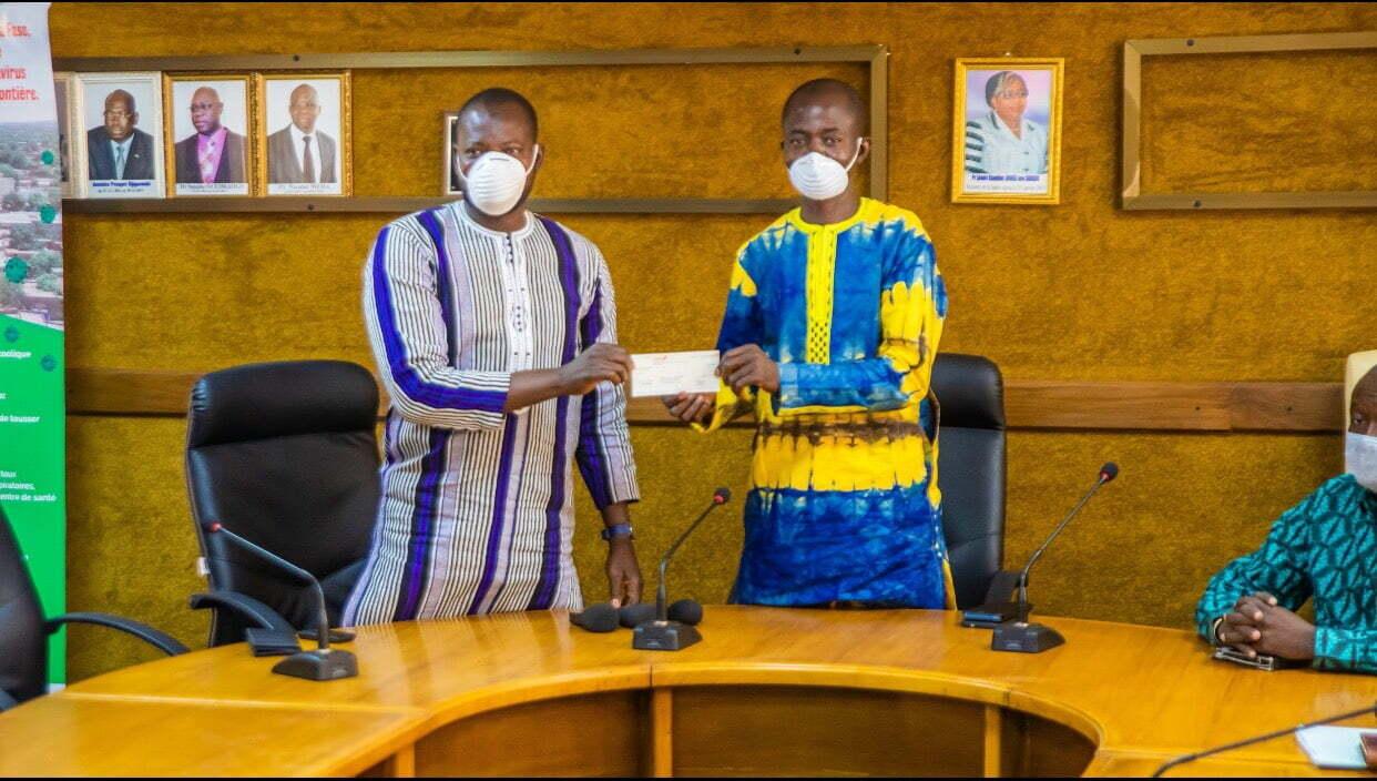 Covid-19:VIMMA EAU MINERALE offre un chèque de trois 3 millions F CFA et de l'eau minérale au ministère de la santé