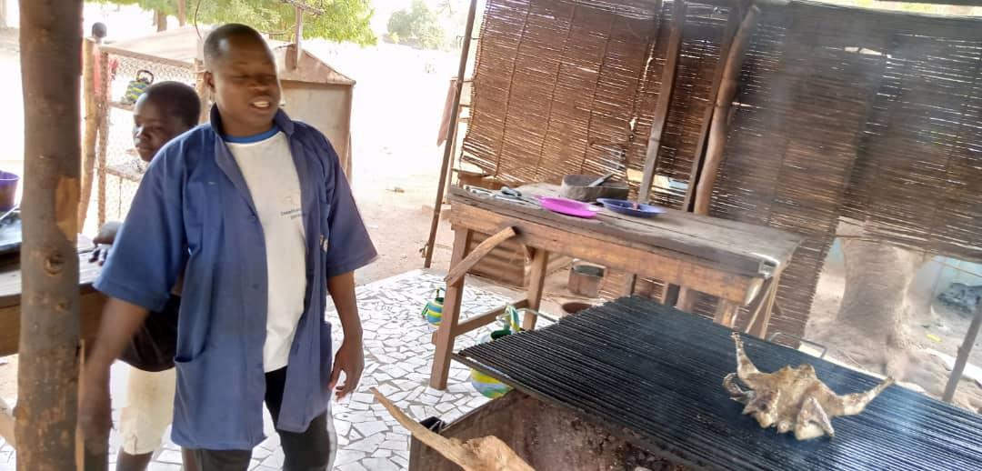 Fermeture des maquis et bars : « Cette mesure (…) va rendre la vie impossible », dixit Abraham Oualasse, grilleur de poulet