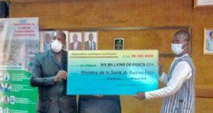 Photo de remise du chèque de l'opposition politique burkinabè au ministère de la santé