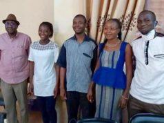Photo de la réconciliation,Hawa Bikienga,la victime à gauche en tee shirt blanc avec les agresseurs à droite