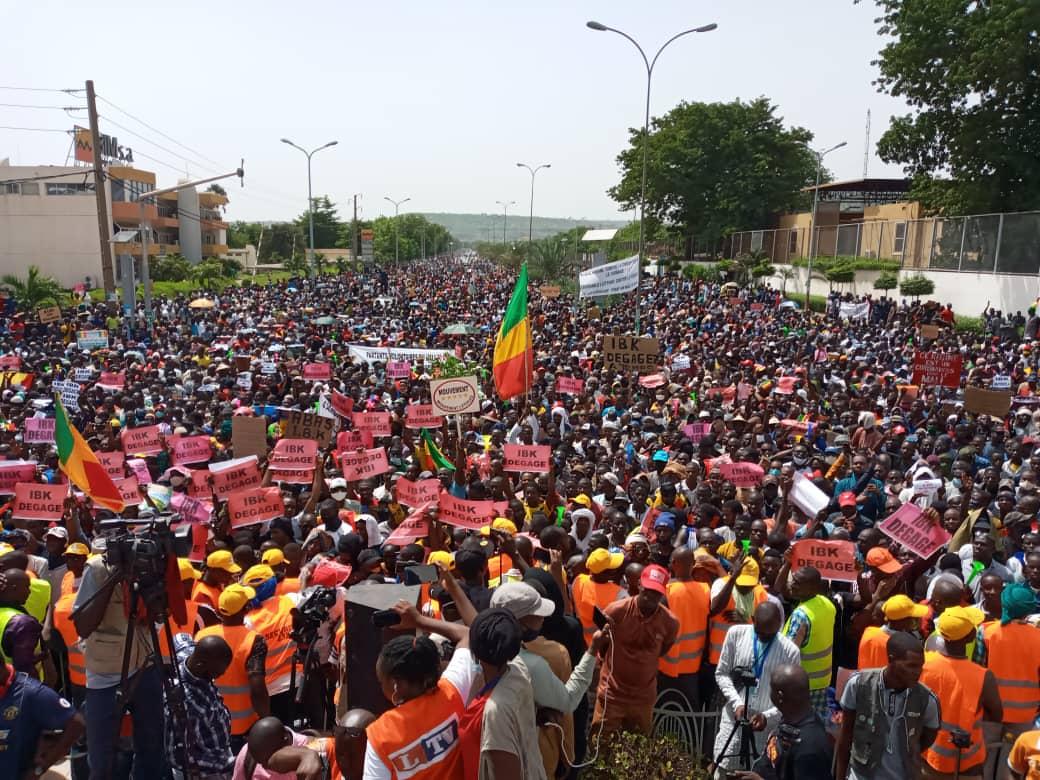 Image des manifestants dans les rues de Bamako