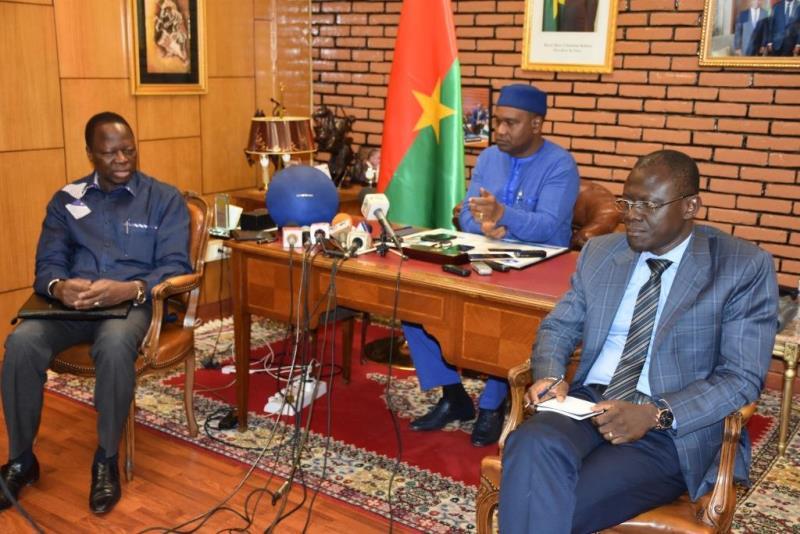 Ministre des affaires étrangères Alpha Barry au milieu,ministre de la justice Réné Bagoro à droite et l'Ambassadeur Eric Tiare à gauche