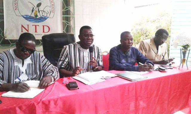 Vincent Dabilgou,Président du NTD au milieu avec micro à la main