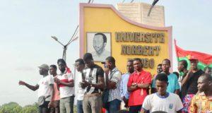Des étudiants qui manifestent au pied de la stèle de l'Université Norbert Zongo à Koudougou