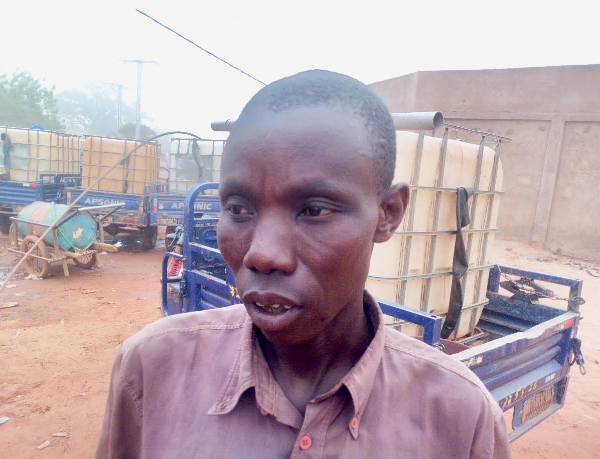 Un jeune vendeur d'eau à Kaya,Photo Libre info