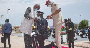 Le Président du Faso portant une epaulette à un stagiaire en fin de formation