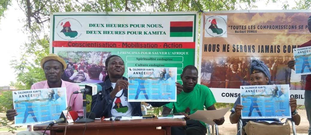 Lianhoué Imotep Bayala au milieu micro en face,responsable du mouvement Deux heures pour Kamita