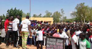 Photo des étudiants en manifestation à l'Université Norbert Zongo