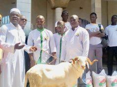 Photo de remise de don à la communauté musulmane