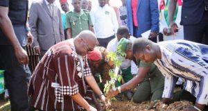 Le Président du Faso,Roch Kabore plante un arbre dans le cadre du reboisement