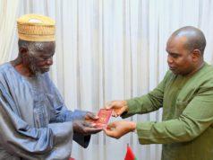 Yacouba Sawadogo,Prix Nobel Alternatif recevant son passeport diplomatique des mains du ministre des affaires étrangères Alpha Barry