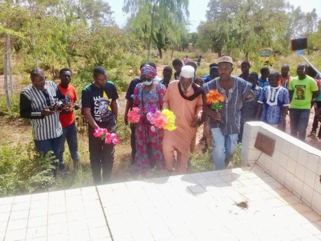 Les membres du comité international du Mémorial Thomas Sankara et Boukary Kaboré déposent une gerbe de fleurs sur la tombe des militaires du Camp BIA de Koudougou assassinés après la mort de Père de la révolution burkinabè-Libre info