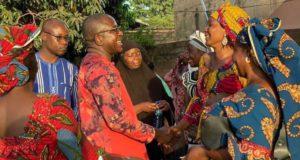 Me Guy Hervé Kam en échange avec des femmes à Bobo Dioulasso, candidat tête de liste provinciale au Houet