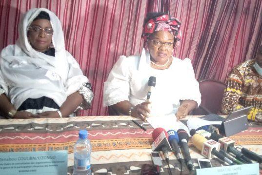 Martine Yabré, coordonnatrice du cadre de concertation des organisations intervenant sur le genre et la participation citoyenne des femmes (milieu), Sié Hien,coordonnateur du Fonds commun genre au Burkina Faso (à droite) et Zénabou Coulibaly,membre du cadre (à gauche).