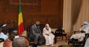 Une photo de rencontre entre les otages et les autorités maliennes à Bamako