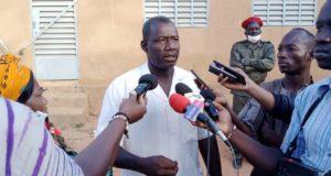 Siaka Soma,habitant de Banfora détenteur d'une ancienne carte d'électeur,manifeste son mécontentement,Libre info