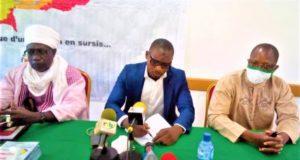 Lookmann Sawadogo (milieu) dédicace son ouvrage ''Se réconcilier ou périr''
