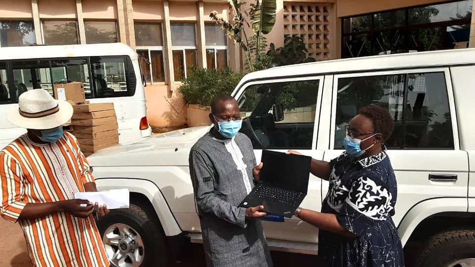 Education au Burkina Faso: le PAM offre un véhicule 4×4 et 25 ordinateurs au ministère en charge de l'Education nationale